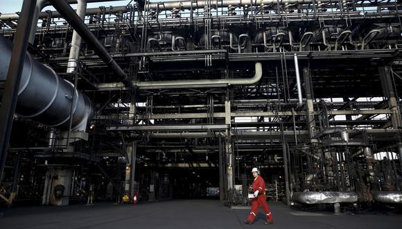 """Los precios del petróleo subían cerca de 2 dólares el viernes, extendiendo las fuertes ganancias de la víspera, después de que el presidente de Estados Unidos, Donald Trump, dijo que """"se involucrará"""" en la guerra por cuota de mercado """"en el momento apropiado"""". (Foto: Reuters)"""