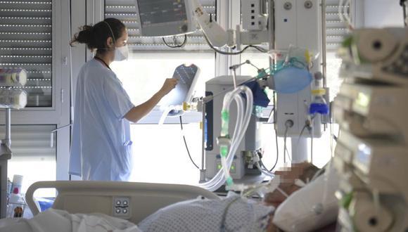 Un personal médico atiende a un paciente no Covid-19 en la unidad de cuidados intensivos del hospital Emile Muller en Mulhouse, este de Francia, el 23 de julio de 2021. (Foto de SEBASTIEN BOZON / AFP)