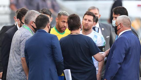 Neymar de Brasil y Lionel Messi de Argentina hablan con funcionarios de salud brasileños que interrumpieron un partido de las eliminatorias sudamericanas en Sao Paulo. (Foto: EFE)