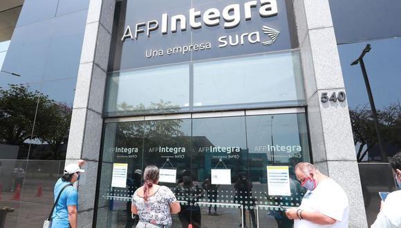 La SBS viene elaborando el procedimiento operativo que permitirá el retiro de hasta 4 UIT de las AFP.. (Foto: Andina)