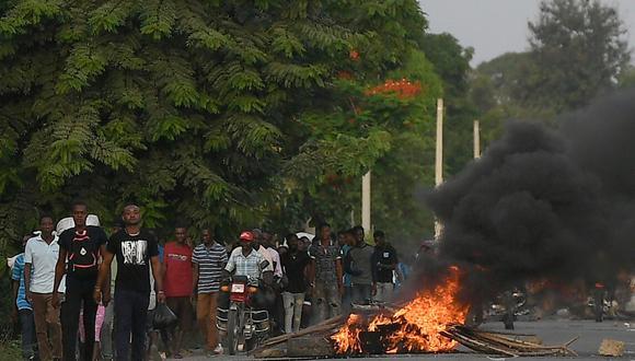 Muchos trabajadores caminaban apresuradamente en fila india a lo largo del camino principal entre Quartier-Morin y Cap-Haitien, la ciudad en la que se llevarán a cabo ceremonias en honor a Moise a partir del jueves. (Foto: Matias Delacroix / AP)
