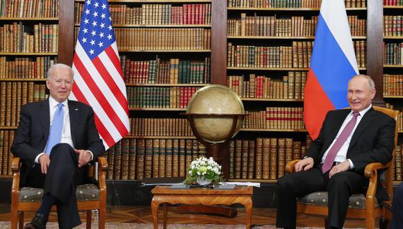 El presidente estadounidense Joe Biden (izq.) junto al presidente ruso Valdimir Putin (Foto: AFP)