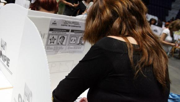 Una peruana escribe en su boleta electoral en un centro de votación en el Palacio de Deportes, en Madrid, en el proceso electoral del 2006. (Foto de JAVIER SORIANO / AFP)