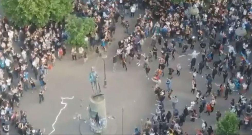 Manifestantes derriban estatua de Pedro Valdivia en Concepción. (Foto: Captura Twitter/@JPMirandaM)