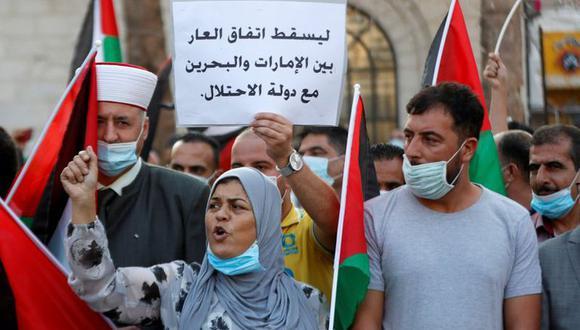 Manifestantes participan en una protesta contra el acuerdo de Emiratos Árabes Unidos y Bahrein con Israel para normalizar las relaciones diplomáticas, en Ramallah, Palestina. 15 de septiembre de 2020. REUTERS/Mohamad Torokman