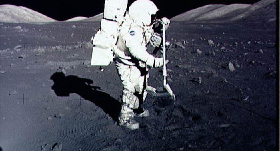 El astronauta Harrison Schmitt recolecta muestras de rocas lunares en el sitio de aterrizaje de Taurus-Littrow en la luna durante la misión Apollo 17 en diciembre de 1972. (Foto: AFP)