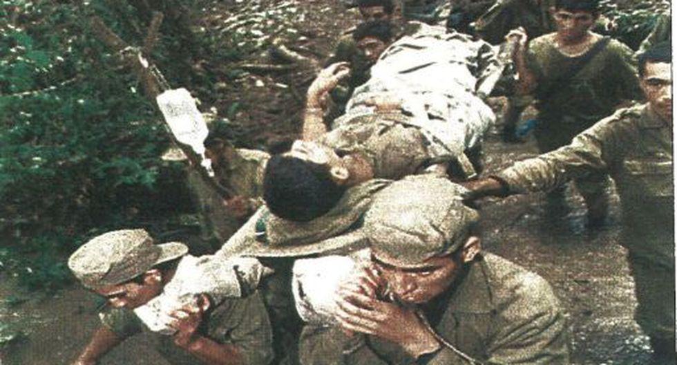 Tropas peruanas conducen a un soldado que fue herido gravemente por una mina, el mismo día en que Perú y Ecuador firmaban el alto al fuego.