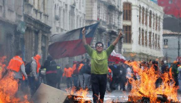 La agencia consideró que las medidas económicas y sociales anunciadas por el gobierno de Sebastián Piñera así como las de estímulo fiscal implementadas por el Banco Central no serán suficientes para compensar el impacto de las protestas. (Foto: Reuters).