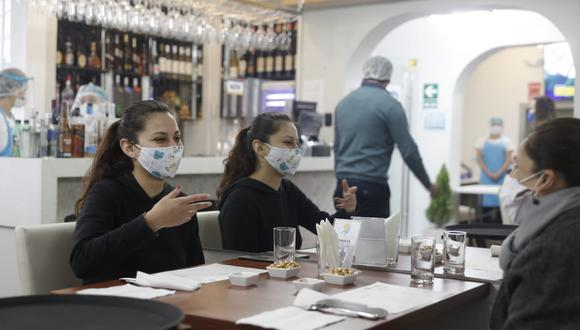 Los restaurantes piden que vuelva la atención en salón y terrazas. (Foto: Renzo Salazar / GEC)