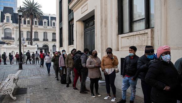 Un segundo retiro podría aliviar a la clase media chilena, profundamente golpeada por la pandemia del nuevo coronavirus y la grave crisis económica derivada de las restricciones sanitarias. (AFP/MARTIN BERNETTI).