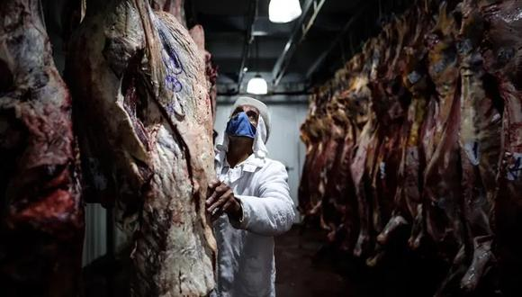 Empleados de un frigorífico trabajan con carne vacuna el 12 de enero de 2021, en la Ciudad de Buenos Aires (Argentina). EFE/Juan Ignacio Roncoroni