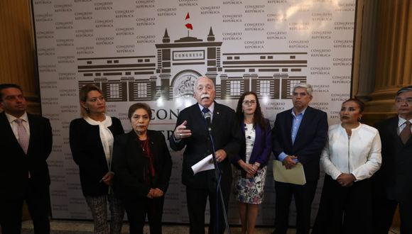 El vocero de Fuerza Popular, Carlos Tubino, exhortó a la ciudadanía a mantenerse alerta ante actitud del Ejecutivo. (Foto: Alessandro Currarino / GEC)