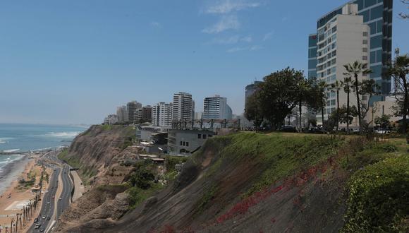 Vista de Larcomar y el acantilado de Miraflores.