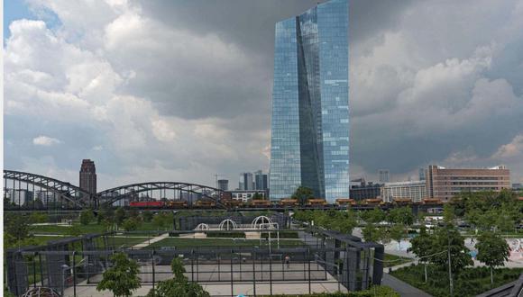 FOTO 2   LA SEDE DEL BANCO CENTRAL EUROPEO, FRÁNCFORT : 1.7 MIL MILLONES DE DÓLARES.  Afectada por una serie de problemas de construcción y demoras, la nueva sede del Banco Central Europeo ubicada en Fráncfort rebasó enormemente su presupuesto ya que el costo total del complejo de rascacielos llegó a 1,6 mil millones de dólares (£1,2 mil millones) al terminarse en 2013.