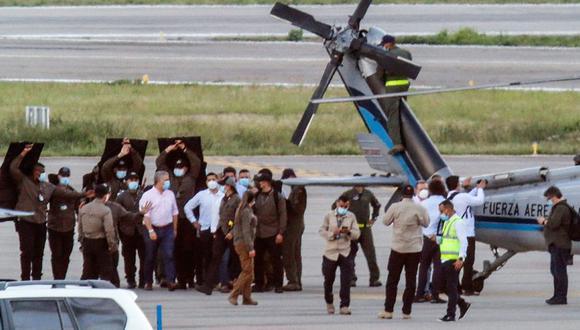 El presidente de Colombia, Iván Duque (izquierda), camina rodeado de guardaespaldas cerca del helicóptero presidencial en la pista del Aeropuerto Internacional Camilo Daza en Cúcuta, el 25 de junio de 2021. (AFP / Colombian Presidency / Schneyder MENDOZA).  / AFP / Colombian Presidency / Schneyder MENDOZA