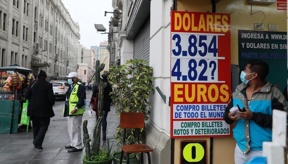 En el mercado paralelo o casas de cambio de Lima, el tipo de cambio se cotizaba a S/ 3.880 la compra y S/ 3.915 la venta de cada billete verde. (Foto: Juan Ponce / GEC)