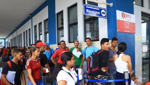Los ciudadanos venezolanos que llegaron al Cebaf están a la espera de la llegada de buses que los trasladarán a las estaciones de la ciudad de Tumbes. (Foto. GEC)