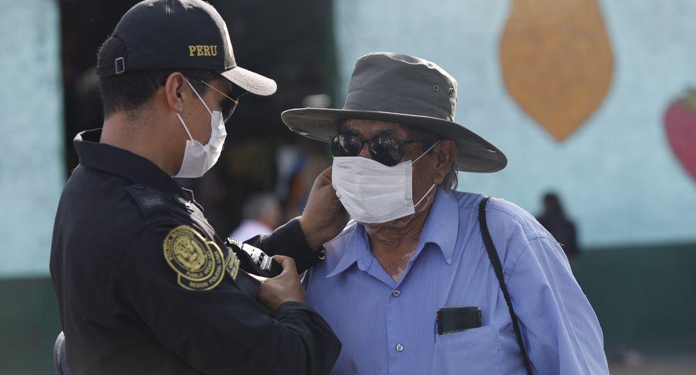 El gobierno peruano ha dispuesto que toda persona que salga a la calle deberá usar mascarilla. Los militares y policías harán cumplir la disposición.