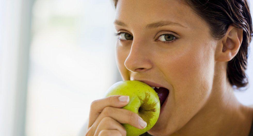 FOTO 14 | 14. Comer algo con antioxidantes. Según la Escuela de Medicina de Harvard, los alimentos con alto contenido de antioxidantes, como los frijoles, las manzanas, las ciruelas, las bayas, las nueces, el brócoli y las alcachofas, pueden ayudar a aliviar los sentimientos de estrés y ansiedad. (Foto: Thinkstock)