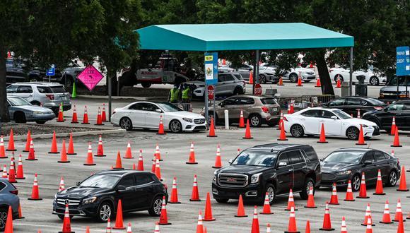 En esta foto del 1 de abril de 2021, los autos se alinean mientras las personas esperan recibir la vacuna contra el coronavirus Covid-19 en en el Hard Rock Stadium en Miami, Florida. (Foto de CHANDAN KHANNA / AFP).