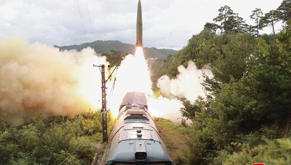 Esta foto distribuida por el gobierno de Corea del Norte el jueves 16 de septiembre de 2021 muestra un misil lanzado desde un tren el 15 de septiembre de 2021 desde un lugar no identificado. (Foto: AP)