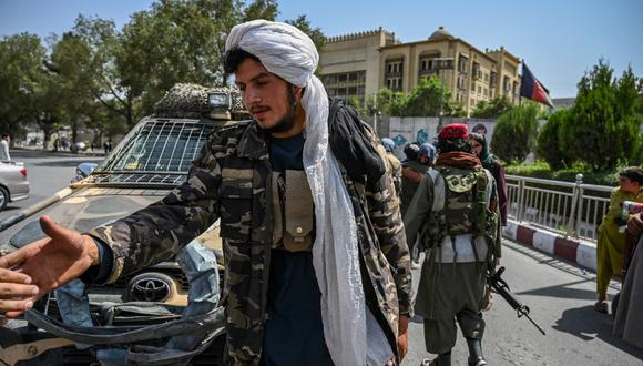 Taliban fighters stand guard along a street at the Massoud Square in Kabul on August 16, 2021. (Photo by Wakil Kohsar / AFP)