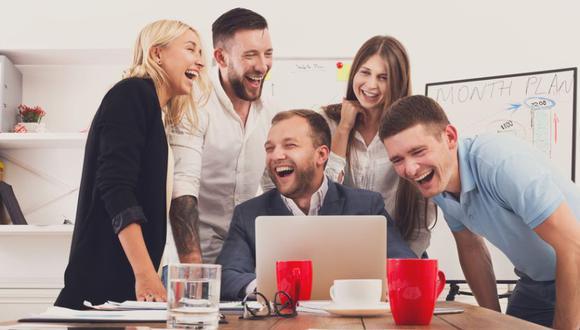 Diversos estudios muestran el impacto positivo que el humor puede tener en la oficina. (Foto: Shutterstock)
