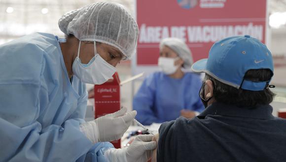 El proceso de inmunización contra el COVID-19 no se detendrá durante el domingo 20, fecha en que se celebra el Día del Padre, y que rige cuarentena total. (Foto: GEC)