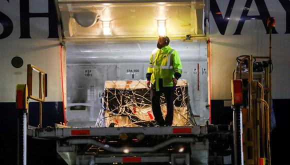 Un trabajador se para junto a un contenedor con el primer lote de la vacuna Sputnik V de Rusia en el aeropuerto internacional Benito Juárez, en Ciudad de México, México, el 23 de febrero de 2021. (REUTERS/Carlos Jasso).