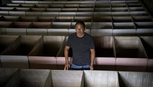 """El criador de ratas Huang Guohua muestra las caulas vacías del criadero en Shaoyang, en la provincia china de Hunan, el 14 de agosto de 2020. """"Tenía pedidos por valor de decenas de miles de yuanes"""", lamenta Liu Yanqun, delante de las jaulas vacías de su granja de Hunan (centro), donde unas 800 ratas de bambú esperaban a pasar por la cacerola. (Foto: AFP)"""