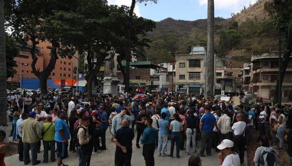 Vigilado por policías antimotines, un pequeño grupo leyó el pregón frente a la comandancia de la Armada en el centro de Caracas, sin incidentes. (Foto: EFE)