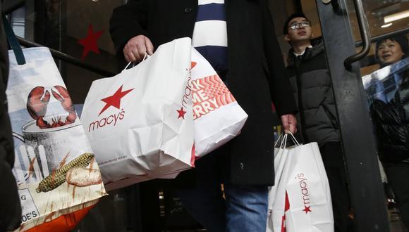 Una persona sale de una tienda de Macy's de Boston con varias bolsas el 29 de noviembre del 2019. Las personas que no tienen padecimientos financieros en medio de la pandemia del coronavirus pueden experimentar un complejo de culpa que requiere tratamiento. (Foto: AP/ Michael Dwyer, File)