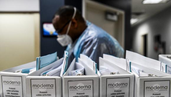 Analistas de SVB Leerink dijeron que la vacuna Moderna parece menos tolerable que la de Pfizer/BioNTech, pero señalaron que no es una comparación adecuada entre los ensayos. (Photo by CHANDAN KHANNA / AFP)