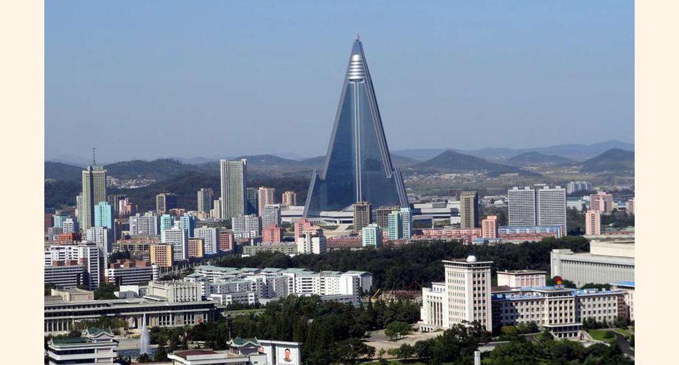 FOTO 1   Hotel Ryugyong, Pyongyang – Corea del Norte, un rascacielos de 105 plantas inacabado todavía.
