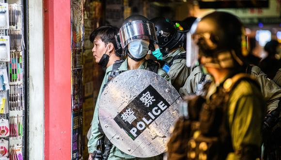 La policía de Hong Kong durante una protesta prodemocracia. (Foto: Anthony WALLACE / AFP).