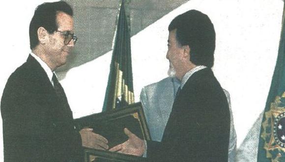 Los vicecancilleres de Perú Eduardo Ponce y de Ecuador, Marcelo Fernández, intercambian documentos luego de la firma de la Declaración de Paz de Brasil.