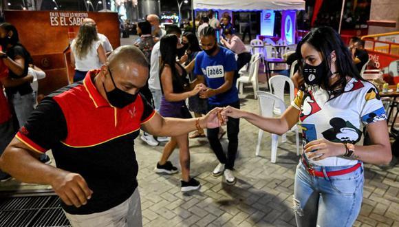 Una pareja baila durante un plan piloto para reabrir los locales noctunors en Cali, Colombia, el 4 de setiembre, 2020. (Photo by Luis ROBAYO / AFP)