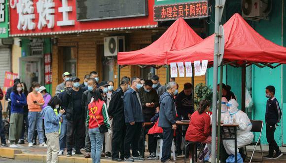Unos habitantes de la ciudad china de Harbin se someten a pruebas de coronavirus. (Foto: AFP)