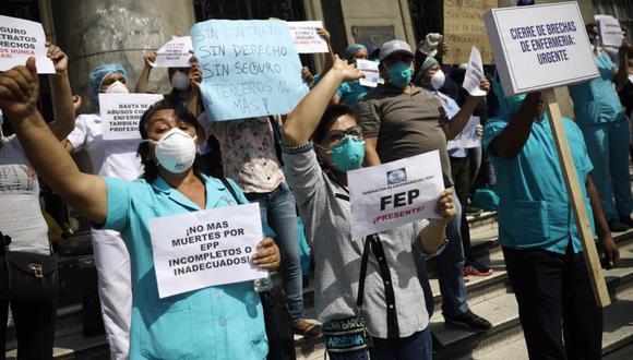Un grupo de trabajadores del sector salud realizó un plantón frente al Hospital Loayza, exigiendo mejores condiciones laborales.