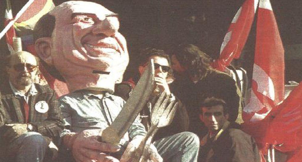 Un millón y medio de italianos protestaron ayer por el recorte del presupuesto 1995. Un manifestante viste una máscara del primer ministro Silvio Berlusconi. (Foto AFP).