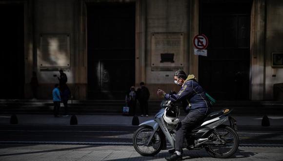 Personas esperan a la entrada de un banco en Buenos Aires. (EFE/Juan Ignacio Roncoroni).