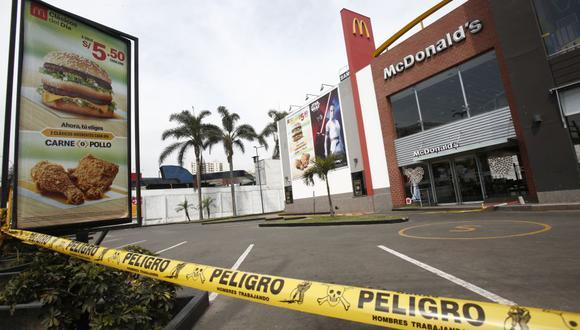 La Municipalidad de Pueblo Libre clausuró ayer el local de McDonald's, ubicado en el cruce de las avenidas La Marina y Universitaria, tras la muerte dos jóvenes cuando se encontraban realizando sus labores en la mencionada fast food. (César Grados / GEC)