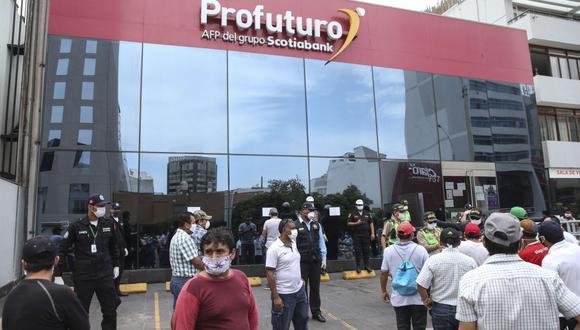 La presidenta del Congreso, Mirtha Vásquez, dijo que las iniciativas que disponen el retiro de los fondos de las AFP nacen en el Legislativo debido a que no hay opciones adicionales que ayuden a la población a hacer frente a la crisis desatada por la pandemia del COVID-19.  (Foto: AFP)