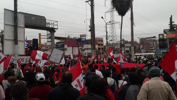 La actividad se desarrolla en el cruce de las avenidas Palmeras y Carlos Izaguirre, en Los Olivos. (Foto: José Montenegro/Twitter)