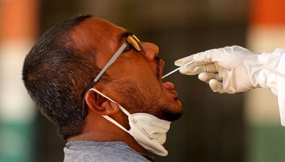 En la foto, un trabajador de salud indio toma un hisopo y una muestra nasal de un hombre para la prueba de COVID-19 en Bangalore, India, el 8 de junio de 2021.(Foto: EFE / EPA / JAGADEESH NV)