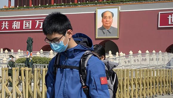 Una medida estricta que no se aplica en otras ciudades. Pero Pekín no es una ciudad como las demás y alberga el centro del poder. En la foto, un hombre se inclina frente a la Puerta de Tiananmen, en Beijing, en homenaje a las víctimas del coronavirus. (Foto: AFP/Leo Ramírez)
