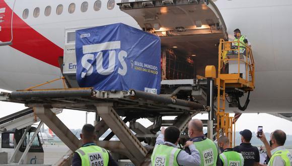 Dos millones de dosis de las vacunas AstraZeneca / Oxford contra el coronavirus de la India se descargan en el Aeropuerto Internacional de São Paulo. (REUTERS / Amanda Perobelli).