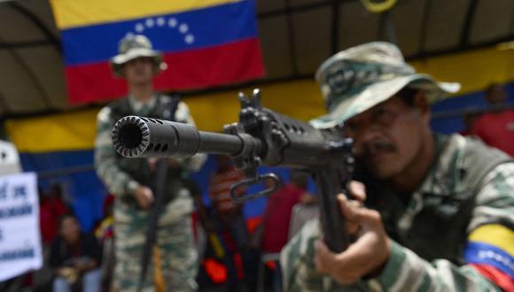 """Algunos les llaman comisarios políticos, otros espías, infiltrados, """"soplones"""" o simplemente """"patriotas cooperantes"""" (Foto: Matias Delacroix / AFP)."""