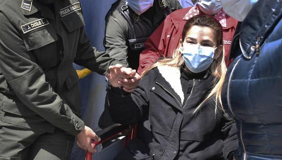 La expresidenta interina de Bolivia, Jeanine Áñez, es trasladada en silla de ruedas a un centro médico en La Paz. (Imagen referencial: Stringer).