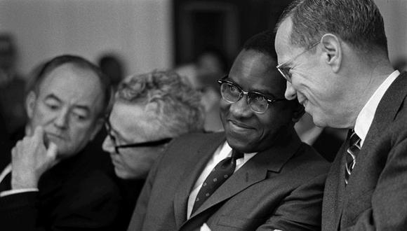 Andrew Brimmer recibió una maestría en economía de la Universidad de Washington y un doctorado en economía de la Universidad de Harvard. (Foto: White House)